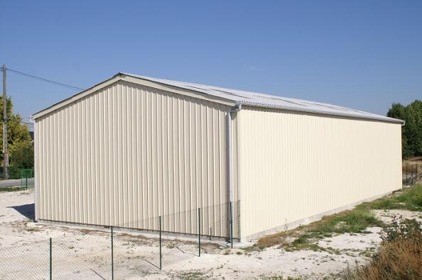 bâtiment de stockage avec bardage en métal