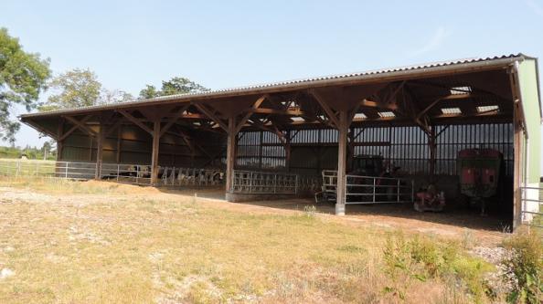 hangar en bois pour stockage paille et élevage